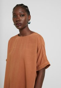 AMOV - CAMILLE BLOUSE - Pusero - amber - 5