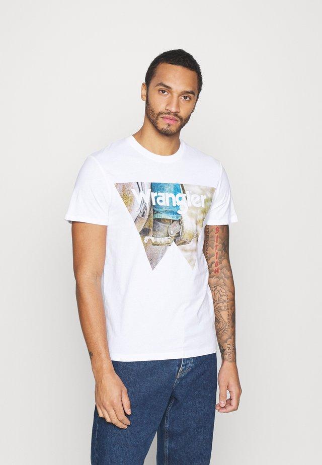 COWBOY COOL TEE - Print T-shirt - white