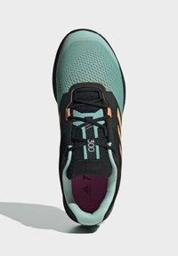 adidas Performance - TERREX TWO FLOW TRAILRUNNING-SCHUH - Løpesko for mark - green - 3