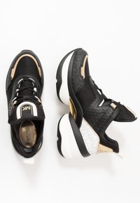 MICHAEL Michael Kors - OLYMPIA TRAINER - Sneakersy niskie - black/pale gold - 3