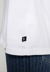 Nike SB - NIKE SB SKATEBOARD-T-SHIRT FUR HERREN - T-shirts print - white - 5