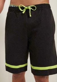 Tezenis - MIT STREIFEN - Shorts - - - black/apple green - 0