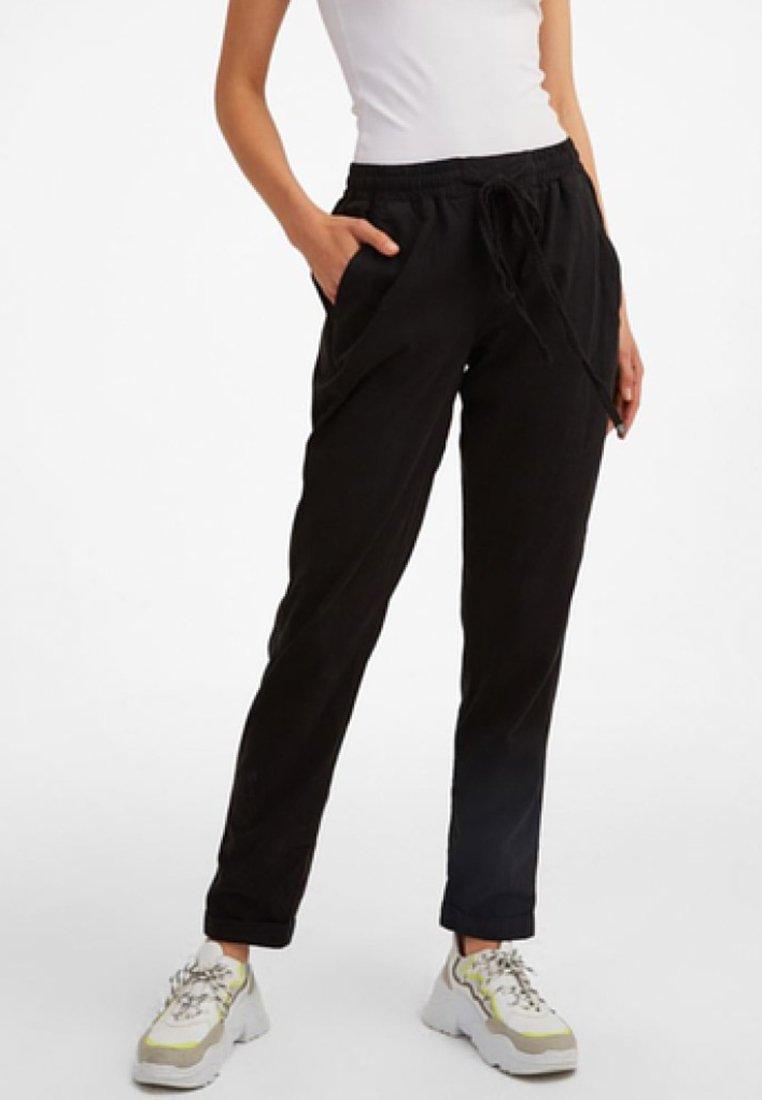 OXXO - MIT ELASTISCHEM GUMMIZUGBUND - Trousers - black