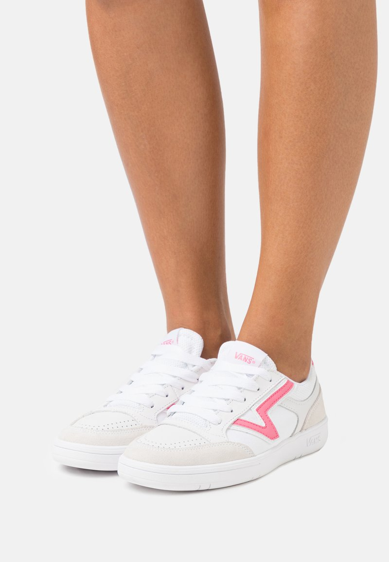 Vans - LOWLAND  - Joggesko - true white/pink lemonade