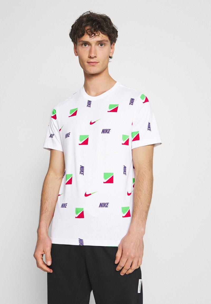 Nike Sportswear - TEE BRANDRIFF - T-shirt med print - white