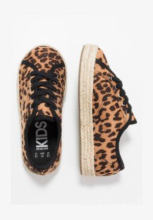 LACE UP - Zapatos con cordones - brown