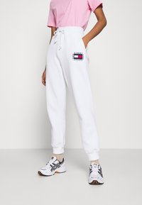 Tommy Jeans - BOX FLAG PANT - Tracksuit bottoms - white - 0