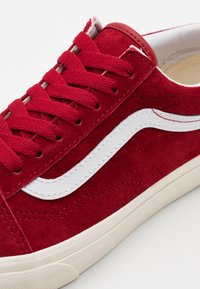 Vans - OLD SKOOL UNISEX  - Sneakers - chili pepper/true white - 5