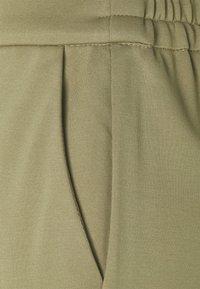 ONLY Tall - ONLPOPTRASH BELT PANT - Cargobukse - covert green - 5