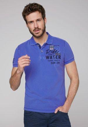 MIT WASCH-EFFEKT UND ARTWORKS - Polo shirt - action blue