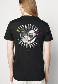 PS Paul Smith - MENS SLIM FIT PAINKILLERS - Print T-shirt - black - 3