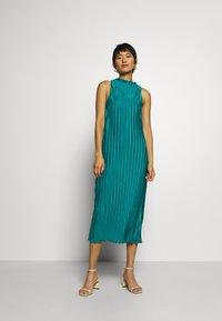 Who What Wear - PLISSE DRESS - Společenské šaty - emerald - 1