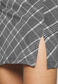 Even&Odd - Basic mini skirt with slit - Miniskjørt - black/multi-coloured - 4