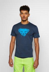 Dynafit - GRAPHIC TEE - T-shirt z nadrukiem - midnight navy - 0