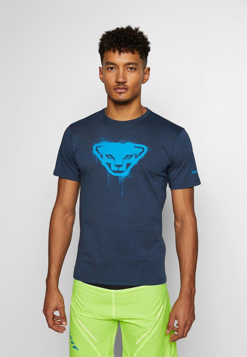 Dynafit - GRAPHIC TEE - T-shirt z nadrukiem - midnight navy