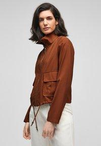 s.Oliver BLACK LABEL - MIT DURCHZUGKORDEL - Summer jacket - americano brown - 3