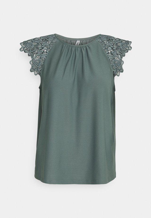 ONLSILJA LIFE NEW MIX - T-shirt con stampa - balsam green