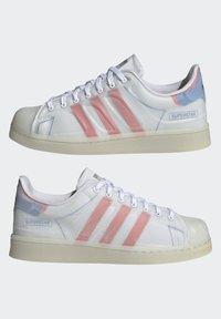 adidas Originals - SUPERSTAR FUTURESHELL - Tenisky - ftwr white/semi solar red/bright blue - 7