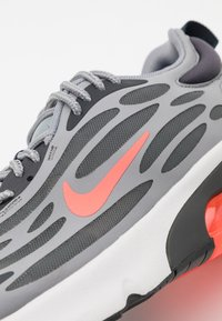 Nike Sportswear - AIR MAX EXOSENSE UNISEX - Sneakers - particle grey/bright crimson/anthracite/photon dust/iron grey - 5