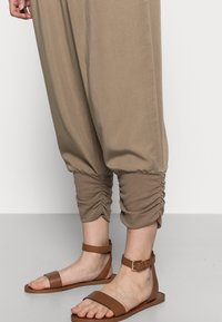 Cream - LINE PANTS - Trousers - timber wolf - 4