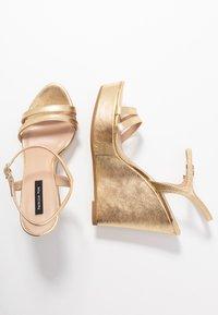 Patrizia Pepe - Korolliset sandaalit - gold star - 3