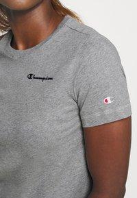 Champion - ESSENTIAL CREWNECK LEGACY - T-shirts - grey heathered - 5