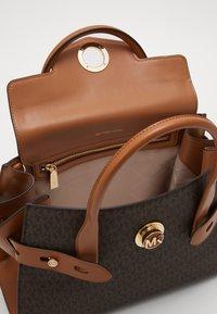MICHAEL Michael Kors - CARMEN FLAP BELTED SATCHEL - Handbag - brown/acorn - 3