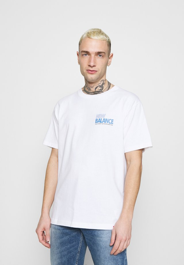 ESSENTIALS SPEEDER  - T-shirt med print - white