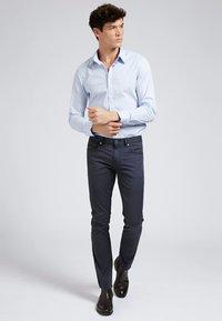 Guess - HOSE SKINNY - Spodnie materiałowe - blau - 1