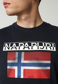 Napapijri - S-SURF FLAG - Print T-shirt - blu marine - 3