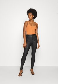 Vero Moda - VMSOPHIA SKINNY BIKER COATED  - Jeans Skinny Fit - black/coated - 1
