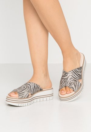 Heeled mules - safari schilf