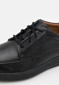 Clarks - UN ABODE EASE - Šněrovací boty - black - 5