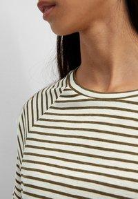 Marc O'Polo DENIM - RAGLAN - Print T-shirt - green - 4