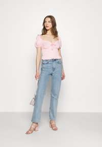 Glamorous - SMOCKED CROP WITH PUFF SHORT SLEEVES - Print T-shirt - baby pink - 1