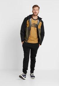 The North Face - RAGLAN EASY TEE  - Print T-shirt - british khaki - 1