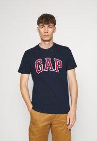 GAP - BAS ARCH - Print T-shirt - tapestry navy - 0