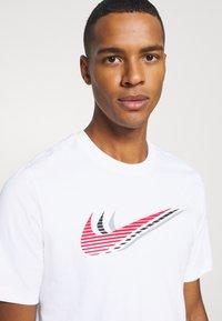 Nike Sportswear - TEE - Camiseta estampada - white - 4