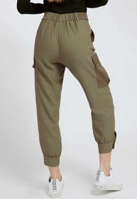Guess - SATIN - Cargo trousers - grün - 2