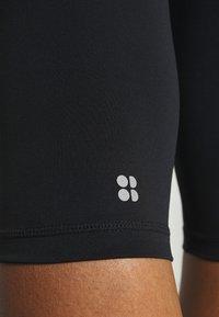Sweaty Betty - CONTOUR CAPRI WORKOUT LEGGINGS - Pantalón 3/4 de deporte - black - 4