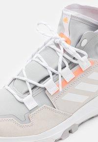 adidas Performance - TERREX HIKSTER TRAXION HIKING SHOES MID - Hikingskor - grey two/footwear white/signal orange - 5