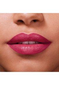 Maybelline New York - COLOR SENSATIONAL THE CREAMS - Lipstick - pink pose - 4