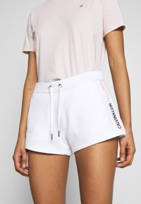 Calvin Klein Jeans - STRIPE LOGO JOGGING - Shorts - bright white - 3