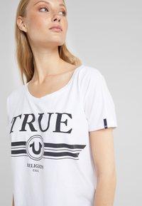 True Religion - BASIC TRUCCI  - T-shirt imprimé - white - 4