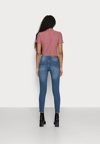 Vero Moda Petite - VMTANYA PIPING - Jeans Skinny Fit - medium blue denim - 2