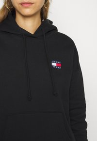 Tommy Jeans - BADGE HOODIE - Bluza z kapturem - black - 5