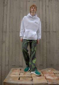 9N1M SENSE - SPECIAL PIECES PANTS UNISEX - Trousers - black/green - 1