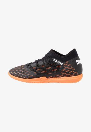 FUTURE 6.3 NETFIT IT - Chaussures de foot en salle - black/white/shocking orange