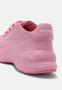 MISBHV - MOON TRAINER UNISEX - Trainers - pink - 6