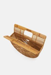 Cult Gaia - ARK SMALL TOP HANDLE - Handbag - natural - 2